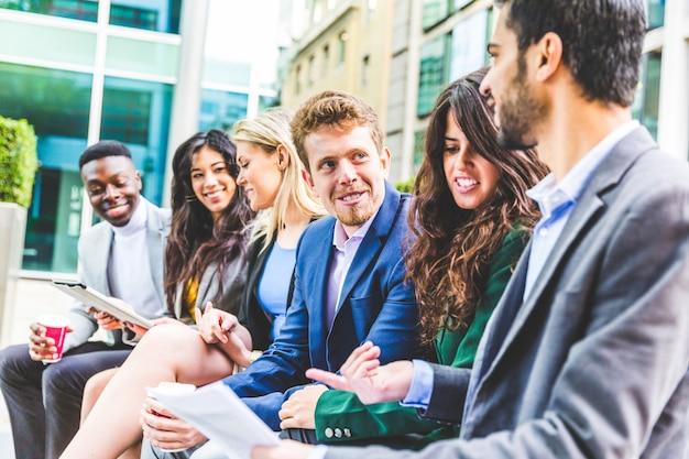 Réunion de groupe d'entreprises pendant une pause