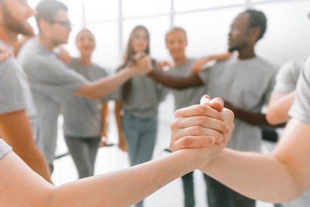 Réunion d'information des participants, échange d'une poignée de main. affaires et éducation