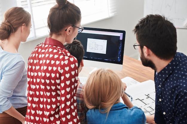 Réunion de jeunes architectes au bureau