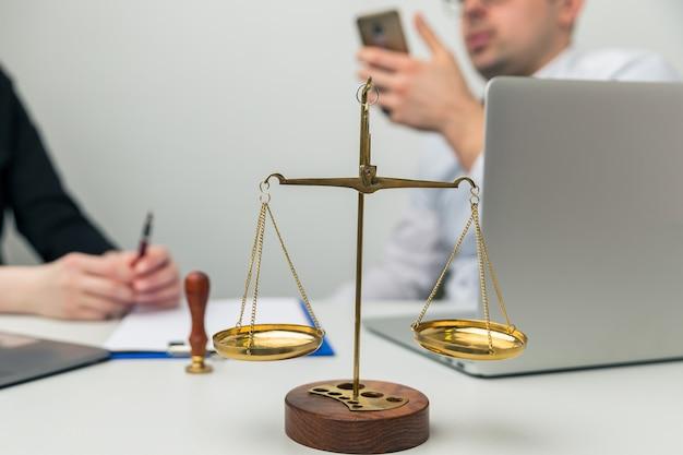 Réunion juridique au bureau. homme et femme qui parlent.