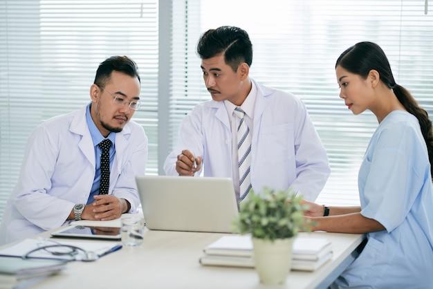 Réunion de médecins