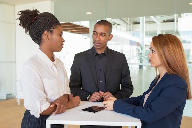 Réunion des partenaires commerciaux dans la salle de bureau