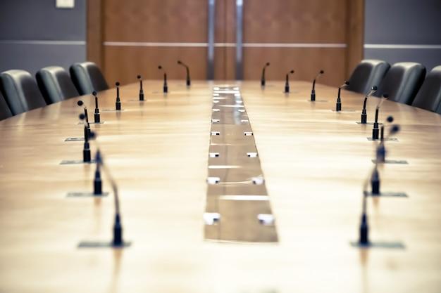 Réunion professionnelle microphone sur la table.