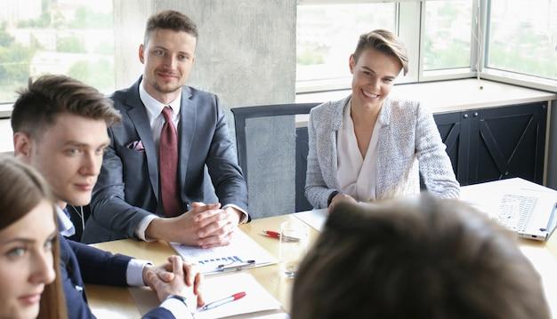 Réunion de remue-méninges de travail d'équipe d'hommes d'affaires pour discuter des plans de l'investissement.