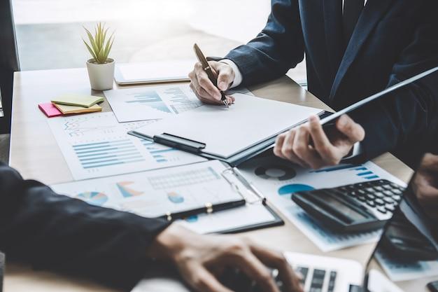 Réunion des responsables pour discuter de la croissance du projet, statistiques financières, investisseur professionnel en phase de démarrage projet pour plan stratégique