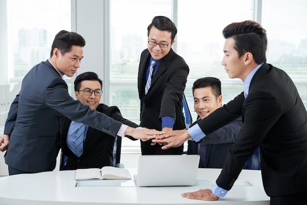 Réunion de travail des collègues asiatiques