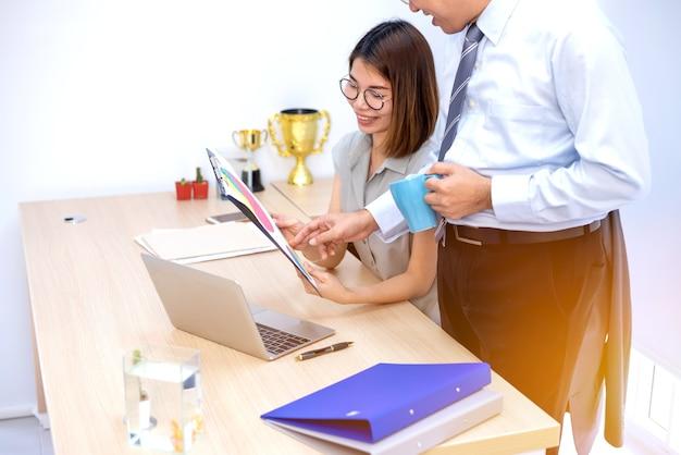 Réunion de travail d'équipe d'affaires et succès pour l'objectif de réalisation