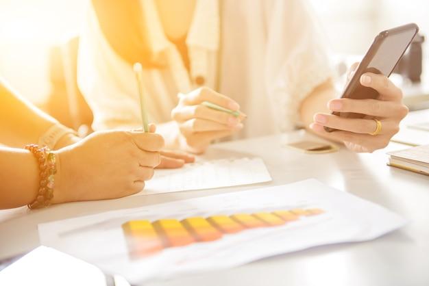 Réunion de travail d'équipe commerciale et succès pour l'objectif de réalisation. fintech et technologie