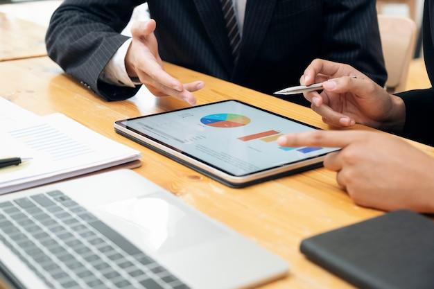 Réunion de travail en équipe d'hommes d'affaires pour discuter de l'investissement.