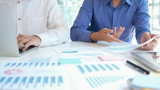 Réunion de travail d'équipe d'hommes d'affaires pour discuter de l'investissement.
