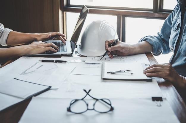 Réunion de travail en équipe d'ingénieurs, dessin travaillant sur une réunion de plan directeur pour un projet travaillant avec un partenaire sur la construction de modèles et des outils d'ingénierie sur un site de travail, concept de construction et de structure