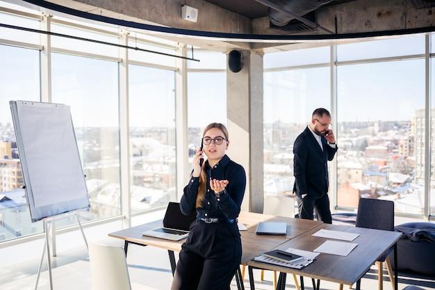 Réunions d'entreprise, organisations d'équipes commerciales et plans d'investissement pour travailler avec un nouveau projet de démarrage avec graphique, graphique et accessoires commerciaux sur le lieu de travail.