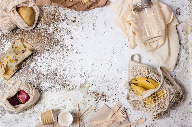 Réutilisables affichées autour d'une table avec différents ingrédients