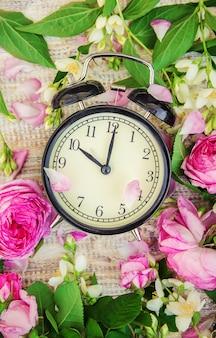 Réveil 10 heures. fleurs. mise au point sélective.