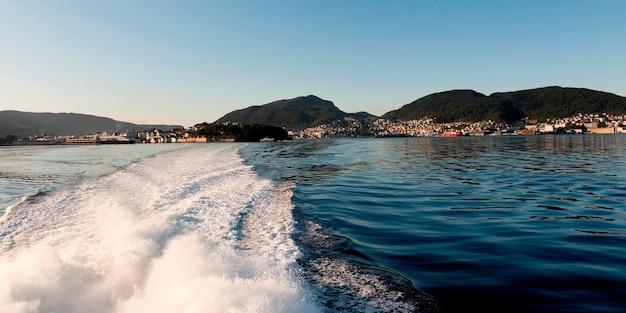 Réveil d'un bateau en mouvement avec la ville de bergen en arrière-plan, norvège