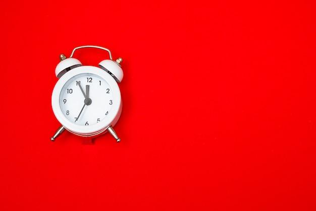 Réveil blanc, concept de nouvel an. copiez l'espace.