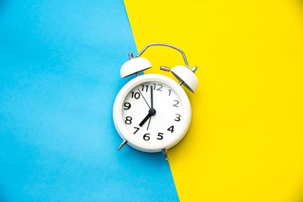 Réveil blanc sur deux tons de couleur jaune et bleu clair