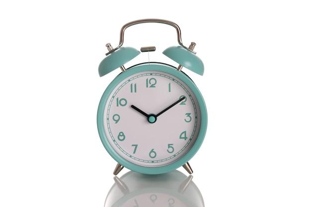 Réveil bleu menthe pour dix heures du matin sur fond blanc