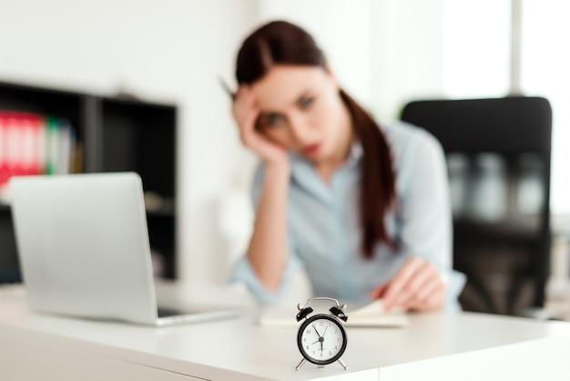 Réveil en bref, employé de bureau en attente de quitter son poste à l'heure
