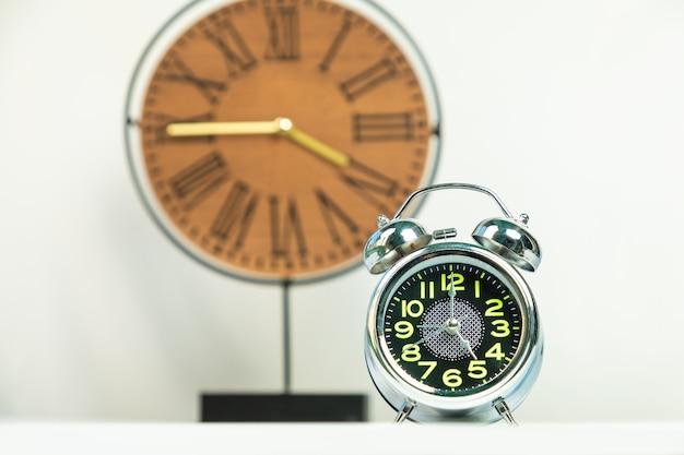 Réveil brillant avec fond d'horloge en bois isolé sur blanc