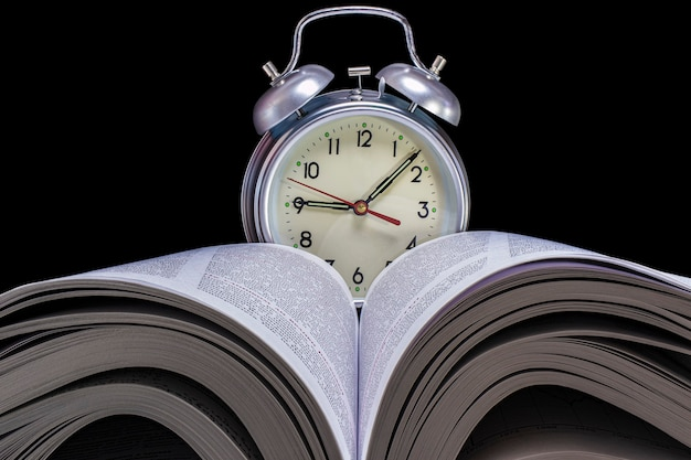 Réveil classique en arrière-plan d'un livre ouvert. concept d'éducation et d'étude. fermer.