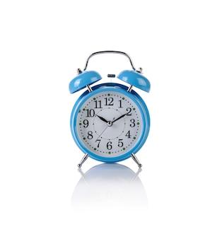 Réveil dans le concept de temps isolé sur blanc