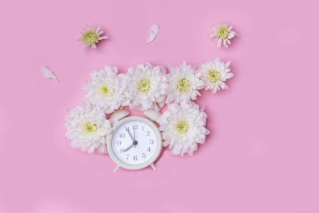 Réveil avec des fleurs de chrysanthème blanc