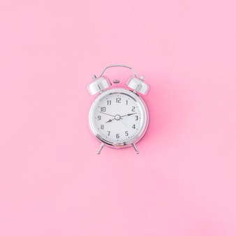 Réveil sur fond rose