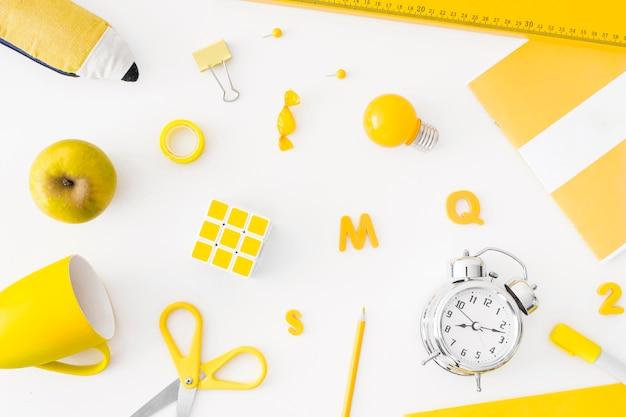Réveil et fournitures scolaires jaunes