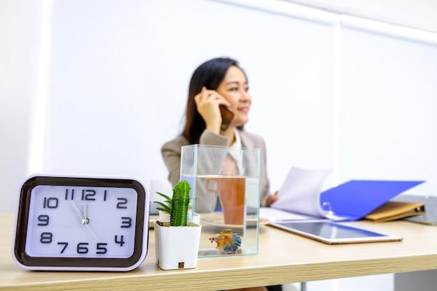 Le réveil indique l'heure à laquelle les femmes d'affaires appellent pour manger avec des amis.