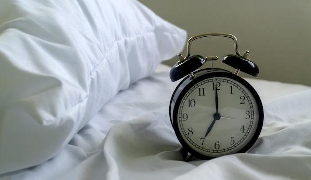 Réveil sur le lit à l'hôtel et fond d'oreiller