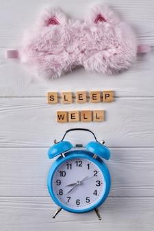 Réveil et masque de sommeil. concept de bien dormir.
