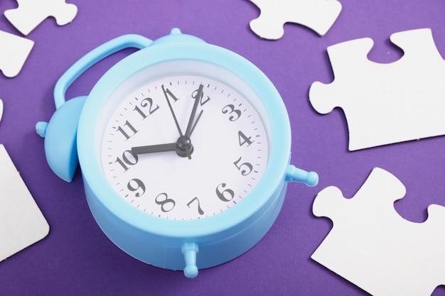 Réveil et puzzles sur fond violet