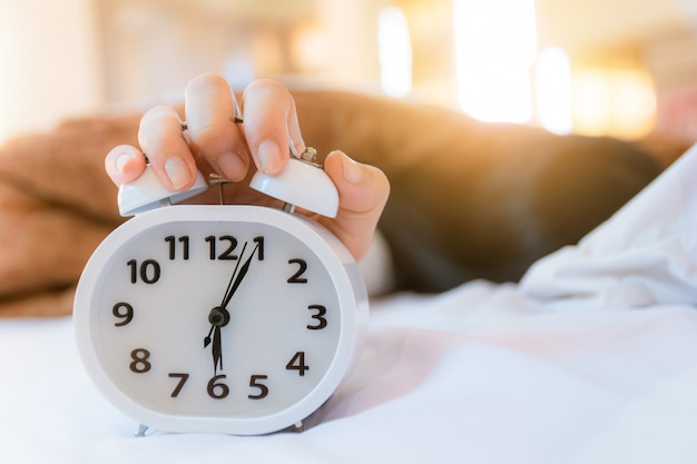 Réveil qui se réveille le matin dans la chambre