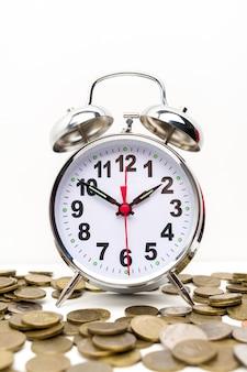 Réveil rétro et pièces de monnaie
