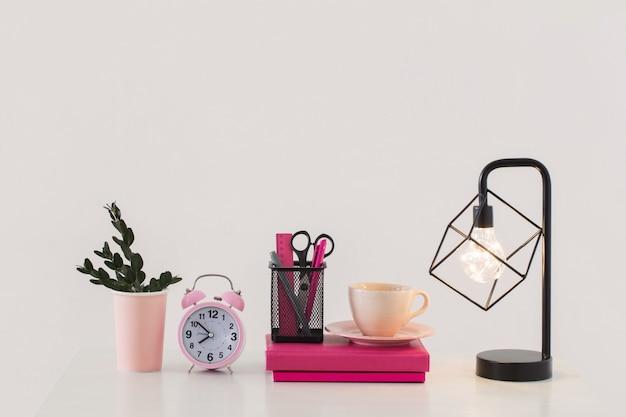 Réveil rose avec ordinateur portable