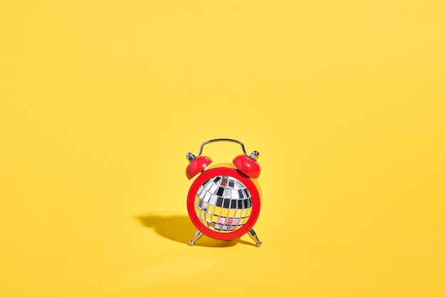 Réveil rouge avec boule disco dedans