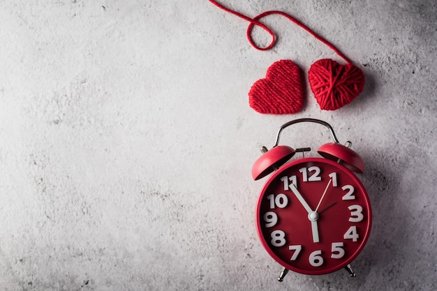 Réveil rouge avec coeur rouge, concept de saint valentin.