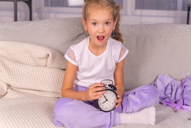 Le réveil sonne à la maison la fille crie et ne veut pas se lever à l'école