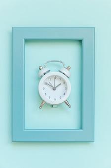 Réveil vintage à double cloche avec cadre bleu