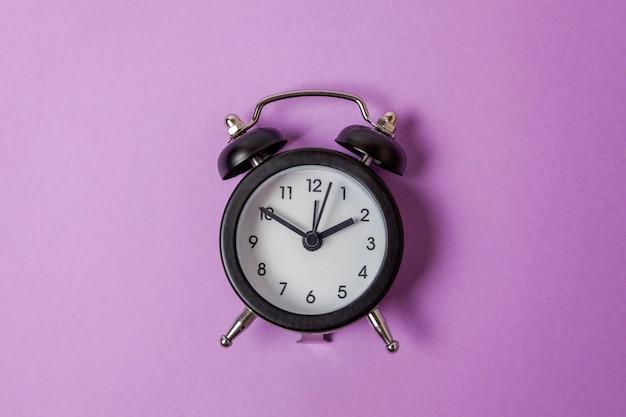 Réveil vintage isolé sur violet