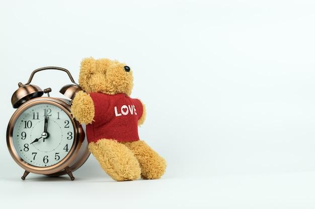 Réveil vintage et un petit ours en peluche