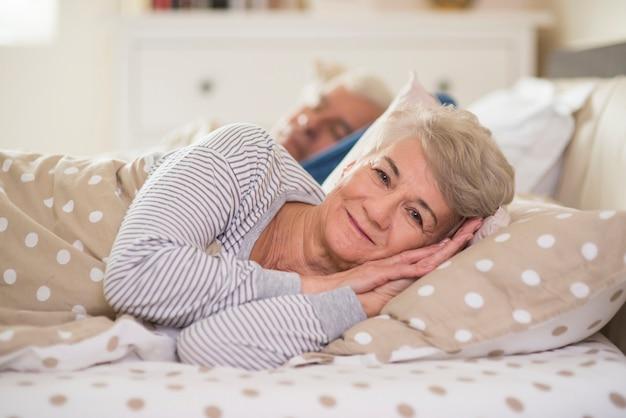 Réveiller la femme et son mari derrière