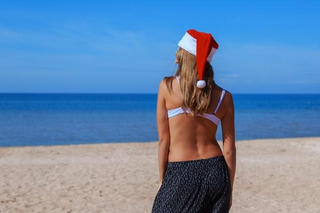 Réveillon du nouvel an sur la plage au bord de la mer.