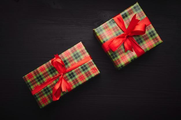 Réveillon de noël. cadeaux sur bois noir.