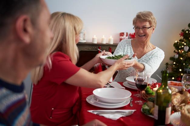 Réveillon de noël servi par grand-mère