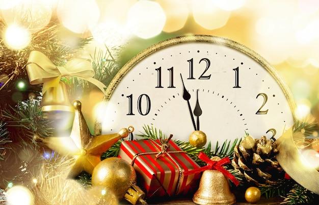 Réveillon de nouvel an. horloge de style rétro avec décorations de noël. derniers instants avant noël ou nouvel an