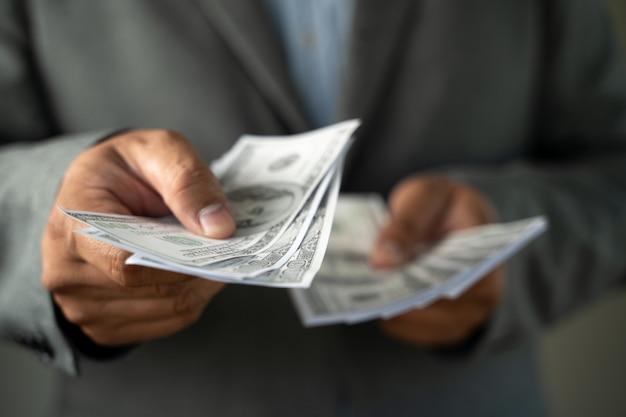 Revenu et business banking inetwork connection dollars américains et argent corruption finance profit, caution, crime
