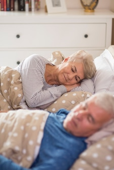 Rêver profond dans la chambre confortable