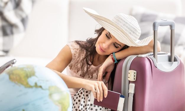 Rêves pieux de voyager par une femme, dont le vol a été annulé peu de temps avant le départ en raison des mesures de covid-19.